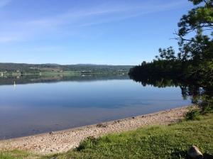 Badestranda på Sundhaugen mot Fiskumvannet